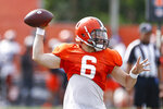 Cleveland Browns quarterback Baker Mayfield throws a pass against the New York Giants during a joint NFL football training camp practice Thursday, Aug. 19, 2021, in Berea, Ohio. (AP Photo/Ron Schwane)