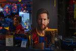 Un afiche con la imagen del astro del Barcelona Lionel Messi es desplegado en una tienda del club español en Barcelona, el martes 1 de septiembre de 2020. (AP Foto/Emilio Morenatti)