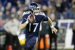 El quarterback de los Titans de Tennessee  Ryan Tannehill corre tres yardas para un touchdown en el triunfo ante los Jaguars de Jacksonville del domingo 24 de noviembre del 2019. (AP Photo/James Kenney)