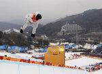 Shaun White, de Estados Unidos, salta durante la final de snowboarding, modalidad de halfpipe, el miércoles 14 de febrero de 2018, en los Juegos Olímpicos de Pyeongchang, Corea del Sur (AP Foto/Kin Cheung)