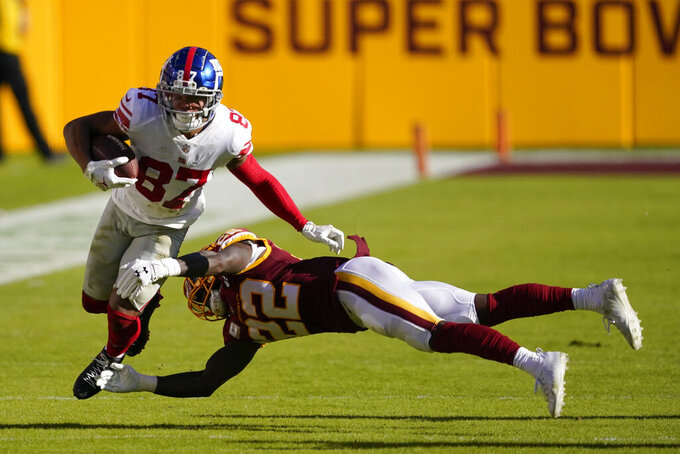 El wide receiver Sterling Shepard (87), de los Giants de Nueva York, trata de evitar ser derribado por el safety Deshazor Everett, de Washington Football Team, en el partido de NFL el domingo 8 de noviembre de 2020, en Landover, Maryland. (AP Foto/Al Drago)