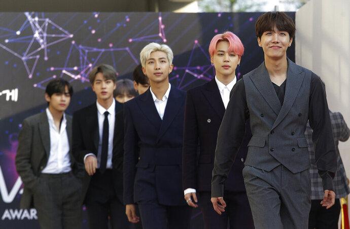 En esta foto del 24 de abril 2019, el grupo de K-pop BTS llega a la ceremonia de los premios The Fact Music en Incheon, Corea del Sur. (AP Foto/Ahn Young-joon)