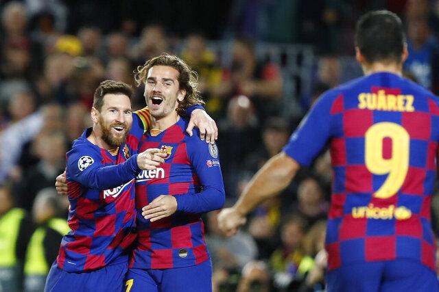 Lionel Messi (izquierda) festeja tras anotar el segundo gol del Barcelona junto a Antoine Griezmann (centro) y Luis Suárez en el partido contra Borussia Dortmund en la Liga de Campeones, el miércoles 27 de noviembre de 2019. (AP Foto/Joan Monfort)
