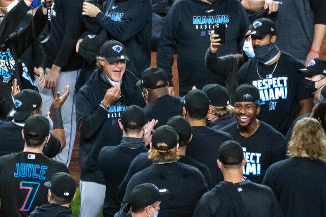 El mánager Don Mattingly de los Marlins de Miami celebra con los jugadores tras conseguir la clasificación a los playoffs con una victoria ante los Yanquis de Nueva York, el viernes 25 de septiembre de 2020. (AP Foto/Corey Sipkin)