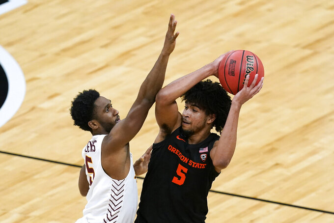 Oregon State guard Ethan Thompson looks to pass over Loyola Chicago guard Keith Clemons, left, during the first half of a Sweet 16 game in the NCAA men's college basketball tournament at Bankers Life Fieldhouse, Saturday, March 27, 2021, in Indianapolis. (AP Photo/Darron Cummings)