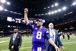 El quarterback de los Vikings de Minnesota Kirk Cousins celebra en el terreno el triunfo en tiempo de extra de su equipo ante los Saints de Nueva Orleans en el duelo de comodín del domingo 5 de enero del 2020. (AP Photo/Butch Dill)