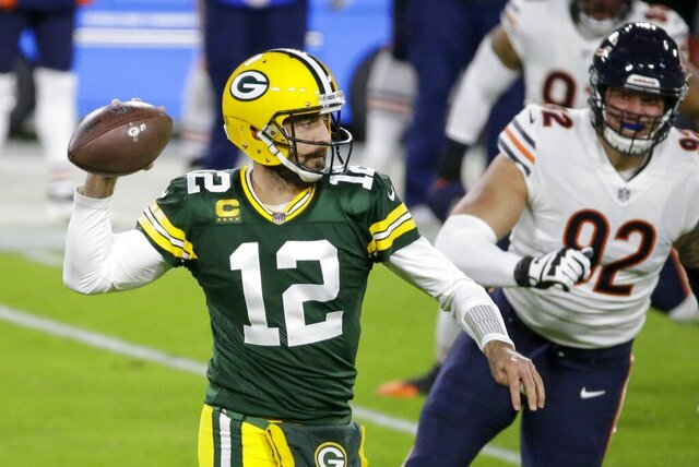 El quarterback Aaron Rodgers (12), de los Packers de Green Bay, lanza en la primera mitad del duelo de NFL ante los Bears de Chicago, el domingo 29 de noviembre de 2020, en Green Bay, Wisconsin. (AP Foto/Mike Roemer)