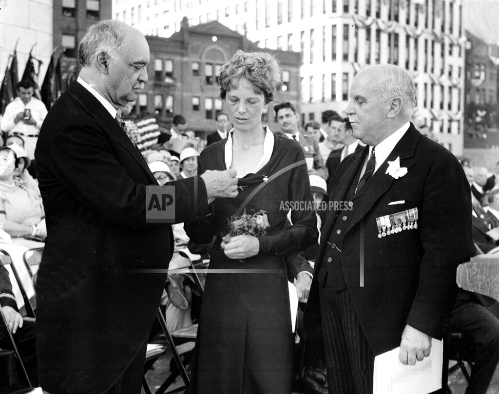 Associated Press Domestic News California United States EARHART RECEIVES FLYING CROSS