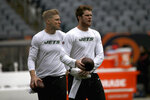New York Jets quarterbacks Sam Darnold, right, and Josh McCown warm up before an NFL football game against the Chicago Bears Sunday, Oct. 28, 2018, in Chicago. (AP Photo/David Banks)