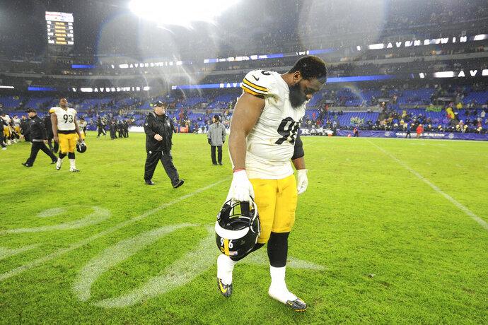 Isaiah Buggs, tackle defensivo de los Steelers de Pittsburgh, se marcha del terreno tras la derrota ante los Ravens de Washington, el domingo 29 de diciembre de 2019 (AP Foto/Gail Burton)