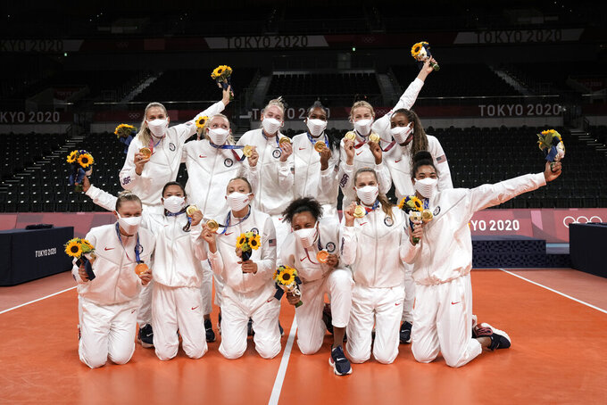 Players from the United States pose after winning the gold medal in women's volleyball at the 2020 Summer Olympics, Sunday, Aug. 8, 2021, in Tokyo, Japan. (AP Photo/Manu Fernandez)