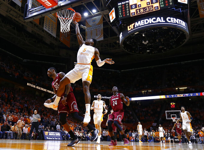 Tennessee guard Admiral Schofield (5) shoots past South Carolina forward Chris Silva (30) during the first half of an NCAA college basketball game Wednesday, Feb. 13, 2019, in Knoxville, Tenn. (AP photo/Wade Payne)