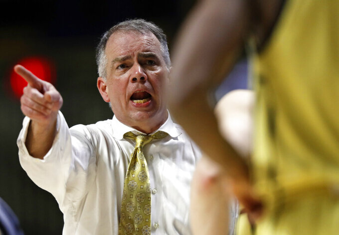 Wofford coach Mike Young gestures to a player during the second half of the team's NCAA college basketball game against Chattanooga on Thursday, Feb. 28, 2019, in Chattanooga, Tenn. Wofford won 80-54. (AP photo/Wade Payne)