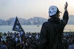 Un manifestante antigubernamental porta una máscara de Guy Fawkes durante una protesta en Hong Kong el domingo 1 de diciembre de 2019. (AP Foto/Vincent Thian)