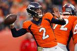 Brandon Allen, quarterback de los Broncos de Cenver, lanza un pase ante los Browns de Cleveland, el domingo 3 de noviembre de 2019 (AP Foto/Jack Dempsey)