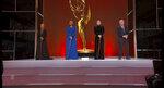 En esta imagen de video emitida por la Academia de la Televisión, Jada Pinkett Smith, Ellen Pompeo, Ava DuVernay y Michael Douglas, de izquierda a derecha, presentan el premio de los gobernadores para Debbie Allen durante la ceremonia de los premios Emmy, el domingo 19 de septiembre de 2021 en Los Angeles. (Television Academy via AP)