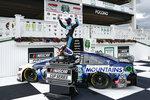 Kevin Harvick festeja en el círculo de ganadores, luego de conquistar la carrera de la Cup Series de la NASCAR en el Pocono Raceway de Long Pond, Pensilvania, el sábado 27 de junio de 2020 (AP Foto/Matt Slocum)