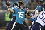 Gardner Minshew, quarterback de los Jaguars de Jacksonville, lanza un pase en el encuentro ante los Titans de Tennessee, el jueves 19 de septiembre de 2019 (AP Foto/Chris O'Meara)