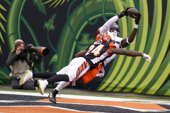 Cleveland Browns' David Njoku, right, makes a touchdown reception against Cincinnati Bengals' Vonn Bell (24) during the second half of an NFL football game, Sunday, Oct. 25, 2020, in Cincinnati. (AP Photo/Michael Conroy)