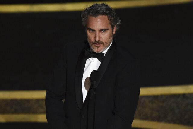 Joaquin Phoenix recibe el Oscar al mejor actor por