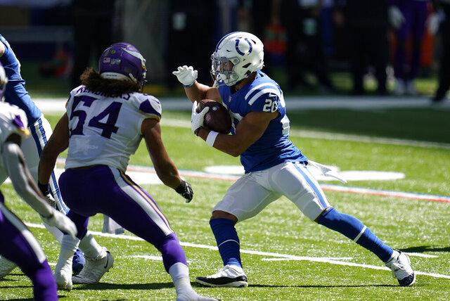 El corredor novato de los Colts de Indianápolis Jonathan Taylor corre mientras lo defiende Eric Kendricks de los Vikings de Minnesota el domingo 20 de septiembre del 2020. (AP Photo/Michael Conroy)