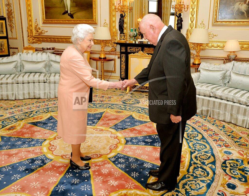 EXPNews AP I ENT   UK EXPRE QUEEN ELIZABETH KNIGHTS JOHN MARS