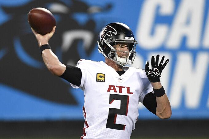 El quarterback de los Falcons de Atlanta Matt Ryan en el juego ante los Panthers de Carolina del jueves 29 de octubre del 2020 en Charlotte. (AP Photo/Mike McCarn)