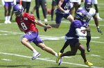 Minnesota Vikings quarterback Kirk Cousins, left, hands off to Minnesota Vikings running back Ameer Abdullah during the NFL football team's training camp Friday, July 26, 2019, in Eagan, Minn. (AP Photo/Jim Mone)