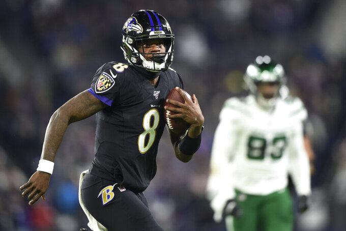 El quarterback de los Ravens de Baltimore Lamar Jackson (8) durante una jugada del partido de la NFL que enfrentó a su equipo con los Jets de Nueva York, el 12 de diciembre de 2019, en Baltimore. (AP Foto/Gail Burton)