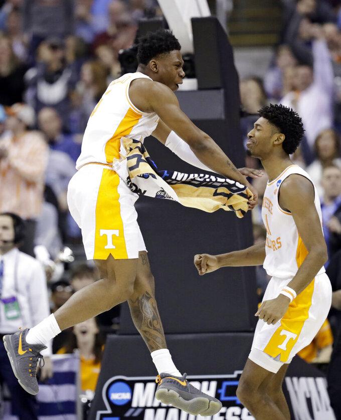 Tennessee blows 25-point lead, beats Iowa 83-77 in OT