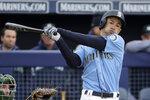 ARCHIVO - En esta foto del 22 de febrero de 2019, Ichiro Suzuki de los Marineros de Seattle durante un turno al bate en un juego de exhibición en Peoria, Arizona. (AP Foto/Charlie Riedel)