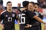 El delantero mexicano Javier Hernández (segundo a la derecha) abraza a Uriel Antuna (26) luego que éste anotó el tercer gol de México en la victoria 3-0 ante Estados Unidos en un partido amistoso, el viernes 6 de septiembre de 2019, en East Rutherford, Nueva Jersey. Jorge Sánchez (21) se acerca para unirse al festejo. (AP Foto/Kathy Willens)