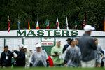 ARCHIVO - En esta foto del 9 de abril de 2019, aficionados ingresan para presenciar una ronda de prácticas del Masters de golf en Augusta, Georgia. In this April 9, 2019, file photo, fans arrive for a practice round that's under a weather warning at the Masters golf. (AP Foto/Matt Slocum, archivo)