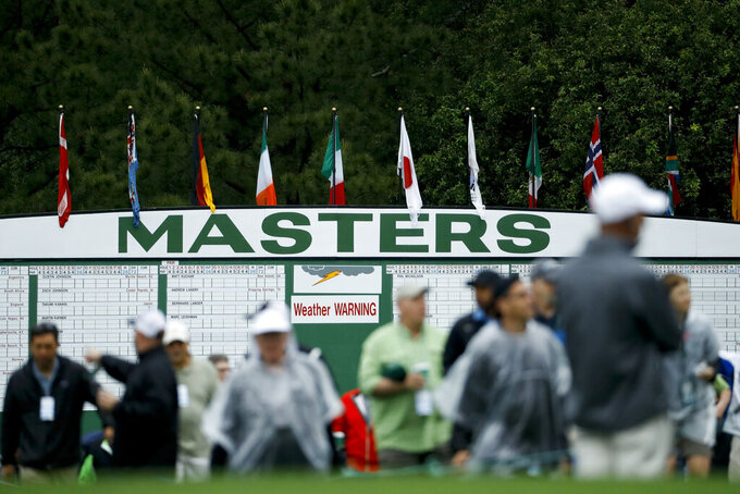 ARCHIVO - En esta foto del 9 de abril de 2019, aficionados ingresan para presenciar una ronda de prácticas del Masters de golf en Augusta, Georgia. In this April 9, 2019, file photo, fans arrive for a practice round that's under a weather warning at the Masters golf. (AP Foto/Matt Slocum, archivo)