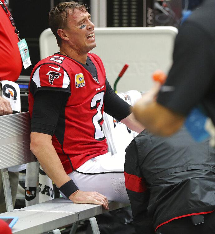 Matt Ryan, quarterback de los Falcons de Atlanta, se sienta en la banca con una aparente lesión, durante el partido ante los Rams de Los Ángeles, el domingo 20 de octubre de 2019 (Curtis Compton/Atlanta Journal-Constitution via AP)