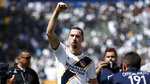 ARCHIVO - Esta foto de archivo del 31 de marzo del 2018 muestra al sueco Zlatan Ibrahimovic, del Galaxy de Los Ángeles, saludando a los hinchas al salir de la cancha tras un partido de la MLS frente al Los Ángeles FC en Carson, California. (AP Foto/Jae C. Hong, archivo)